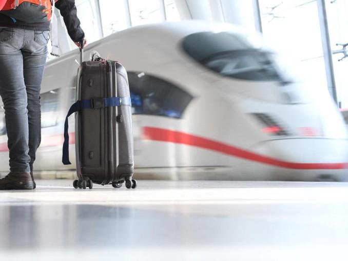 Ein ICE der Deutschen Bahn verlässt einen Bahnhof. Foto:Arne Dedert/Archiv