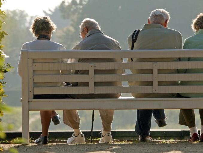 Rentner sitzen auf einer Parkbank. Foto:Ralf Hirschberger/Archiv