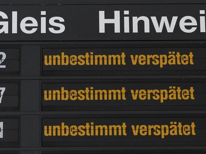 Hinweise für Bahnreisende werden im Hauptbahnhof angezeigt. /zb/dpa