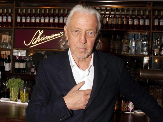 Der legendäre Münchner Bar-Mann Charles Schumann steht im Soho-Haus in Berlin an der Theke. /dpa