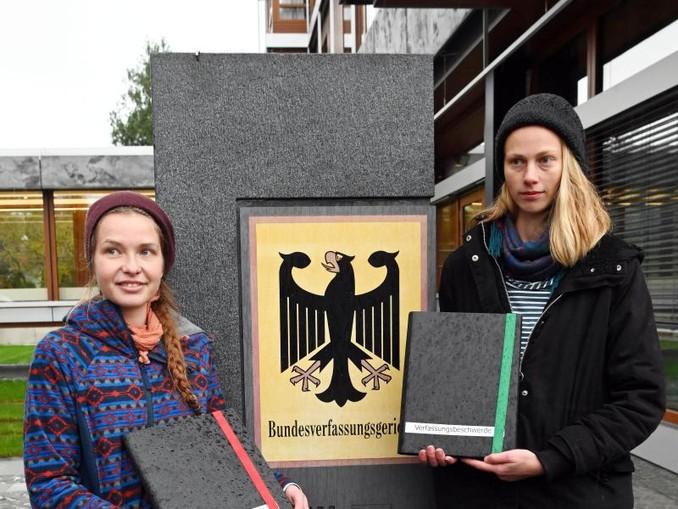 Die Studentinnen Caro (r) und Franzi reichen beim Bundesverfassungsgericht Verfassungsbeschwerde ein. /dpa