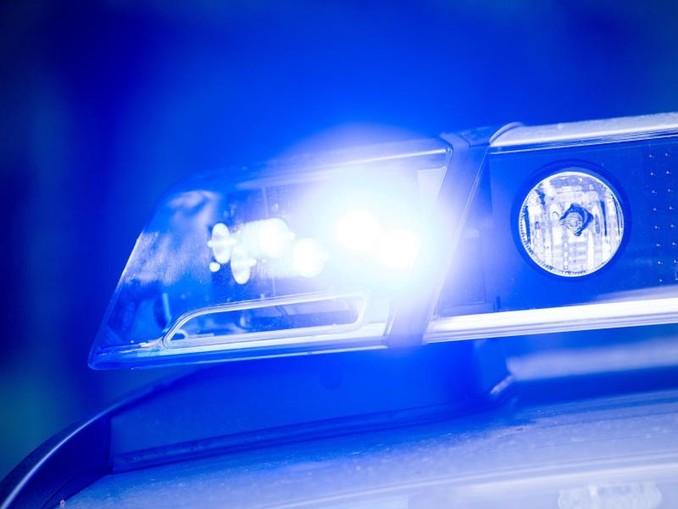 Ein Blaulicht leuchtet an einer Polizeistreife. /dpa/Symbolbild