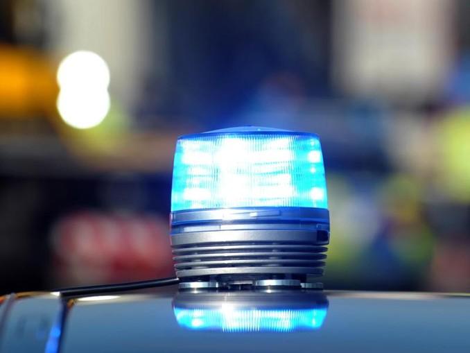Das Blaulicht eines Streifenwagens der Polizei leuchtet. /dpa/Symbolbild