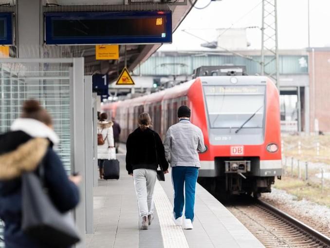 Passanten auf dem S-Bahnsteig an der Donnersberger Brücke. /dpa