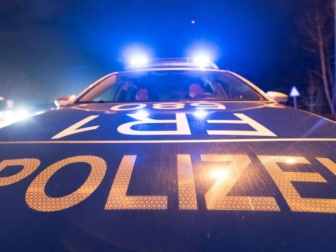 Ein Polizeifahrzeug steht mit Blaulicht auf der Straße. /dpa/Archivbild