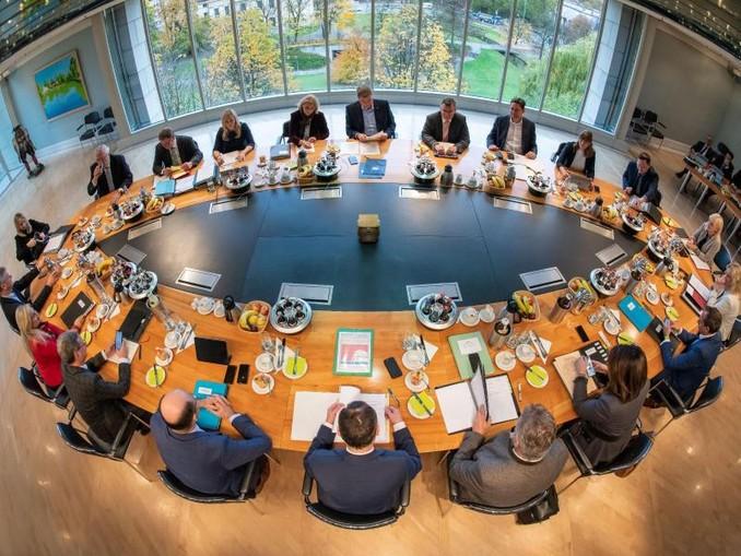 Mitglieder des bayerischen Kabinetts sitzen in der bayerischen Staatskanzlei auf ihren Plätzen. /dpa/Archivbild