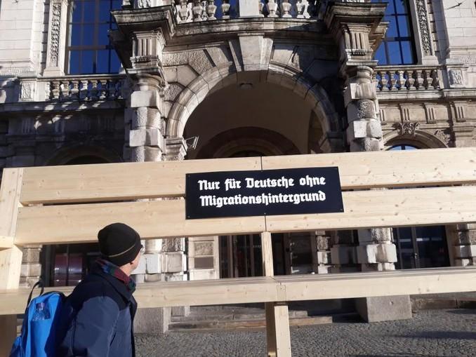 Eine überdimensionale Bank steht vor dem Justizpalast in München. /dpa