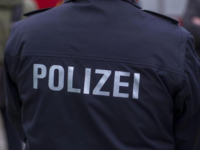 """""""Polizei"""" steht auf einer Uniform. /zb/dpa/Archivbild"""