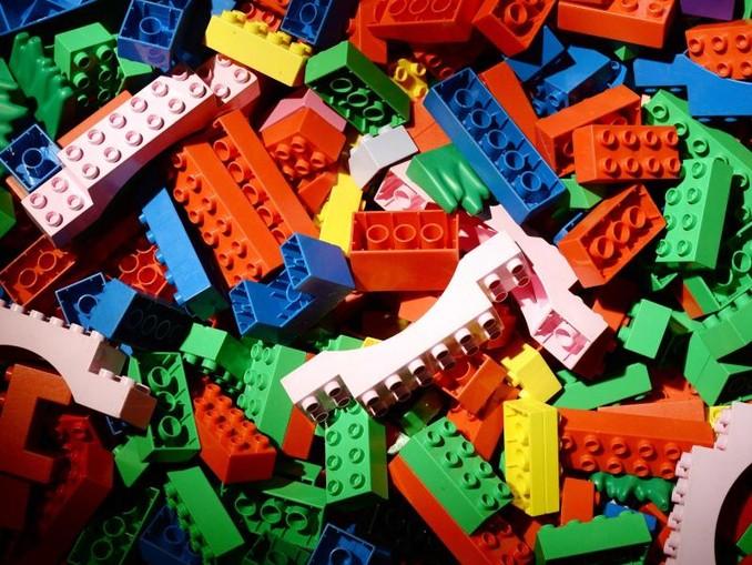 Legosteine liegen auf dem Boden. /zb/dpa/Archivbild