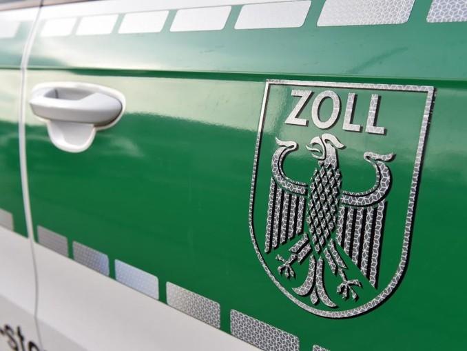 Auf einem Fahrzeug klebt das Wappen des Zolls. /dpa/Archivbild