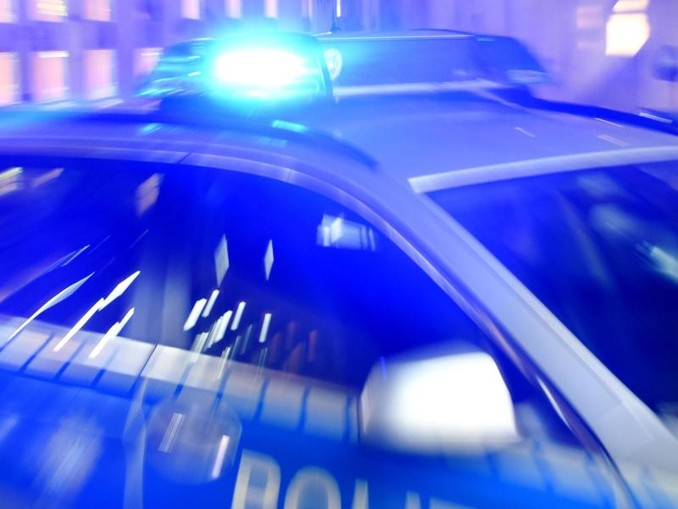 Ein Streifenwagen der Polizei steht mit eingeschaltetem Blaulicht auf der Straße. F. /dpa