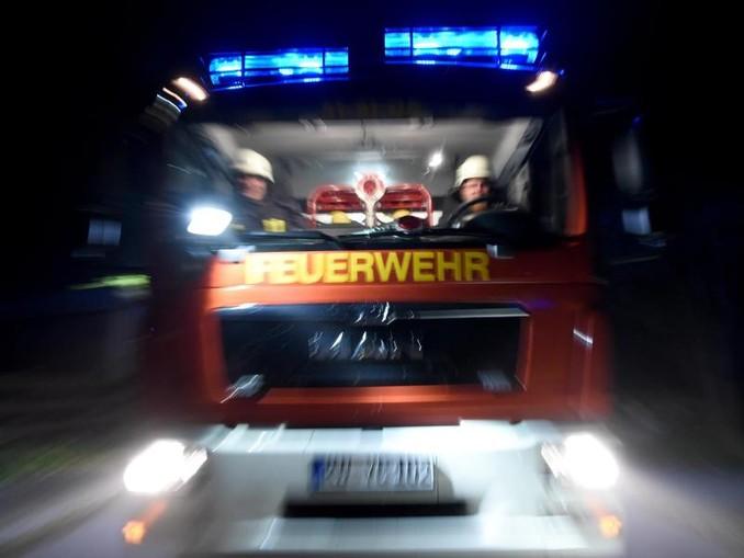 Ein Löschfahrzeug der Feuerwehr fährt über eine Straße. /dpa/Archivbild
