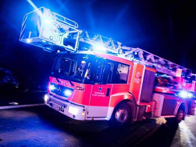 Ein Drehleiterwagen der Feuerwehr fährt mit Blaulicht an einer Unfallstelle vorbei. /dpa/Archiv