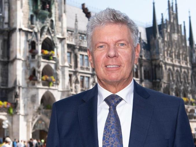 Dieter Reiter (SPD), Oberbürgermeister der Stadt München, steht auf dem Marienplatz vor dem Rathaus. /dpa/Archivbild