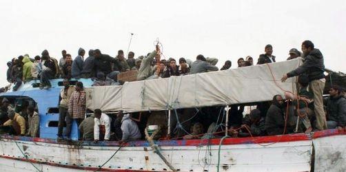 Gerettete Bootsflüchtlinge in Italien angekommen