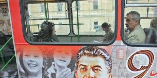 Sowjetdiktator Stalin mit Denkmal und Bus geehrt