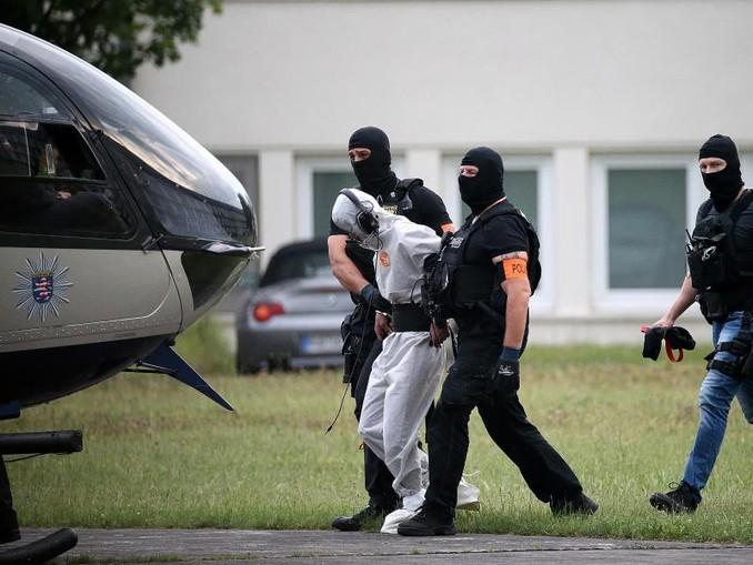 Ali B., der Tatverdächtige im Todesfall Susanna, wird zu einem Polizeihubschrauber gebracht und in eine Justizvollzugsanstalt geflogen. /Archiv