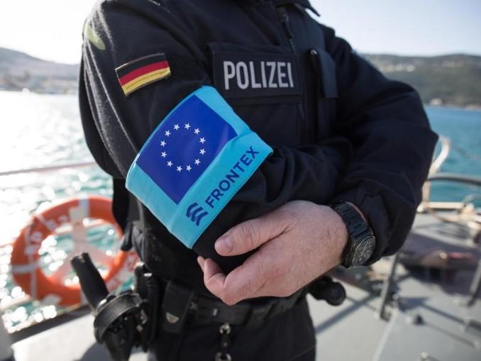Ein Beamter der Bundespolizei wartet auf dem Vordeck des Streifenboots BP 62 «Uckermark» auf eine erste Erkundungsfahrt rund um die griechische Insel Samos.