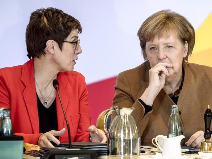 Im Rennen um die Nachfolge von Kanzlerin Angela Merkel an der CDU-Spitze bleibt Generalsekretärin Annegret Kramp-Karrenbauer die Favoritin der CDU-Anhänger.