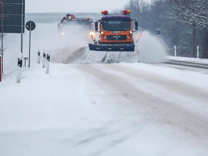 Zwei Schneepflüge des Winterdienstes räumen eine schneebedeckte Bundesstraße in Baden-Württemberg. Auch für die Nacht zu Montag wird vor gefährlicher Glätte gewarnt. Foto:Thomas Warnack