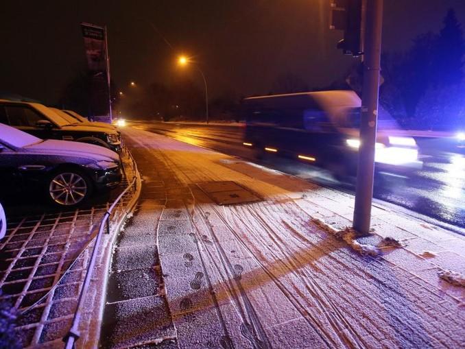 Schneefall in Hamburg: Der Deutsche Wetterdienst warnt vor Glätte auf den Straßen.