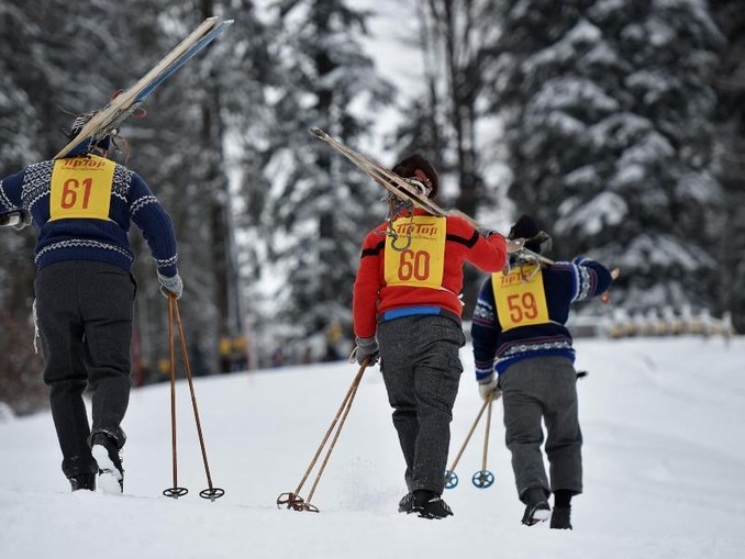 Teilnehmer gehen am 07.01.2017 in Krün (Bayern) beim Nostalski-Rennen mit ihren alten Ski den Berg hoch. /Archiv