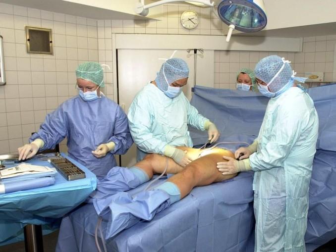 OP-Vorbereitung:Jahr für Jahr lassen sich tausende Frauen und Männer Fett absaugen. Foto:Ulrich Perrey