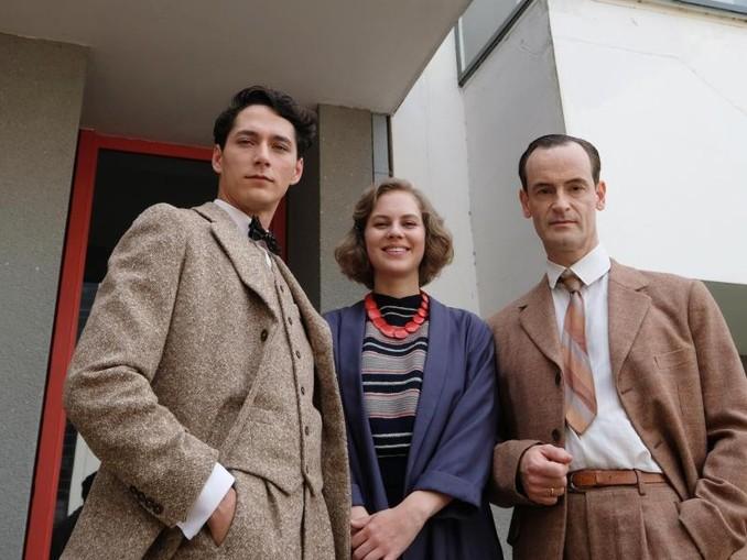 "Noah Saavedra (l-r) (Paul Seligmann), Alicia von Rittberg als Lotte Brendel und Jörg Hartman (Walter Gropius) am Set des Films ""Lotte am Bauhaus""."
