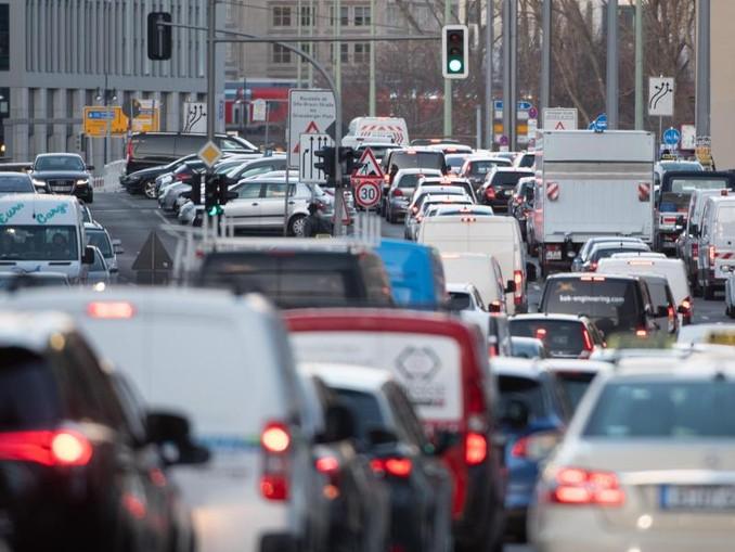 Dicht an dicht stehen Fahrzeuge auf der Gertraudenstraße in Berlin-Mitte.