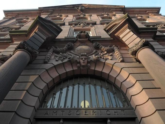 Das Eingangsportal des Amtsgerichts. /Illustration