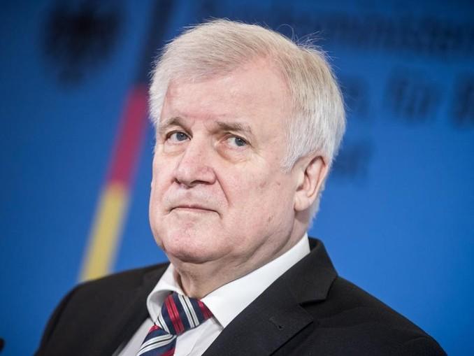 Die Prüfung gilt laut Minister Seehofer ganz generell, «für Rechts- wie für Linksradikale».