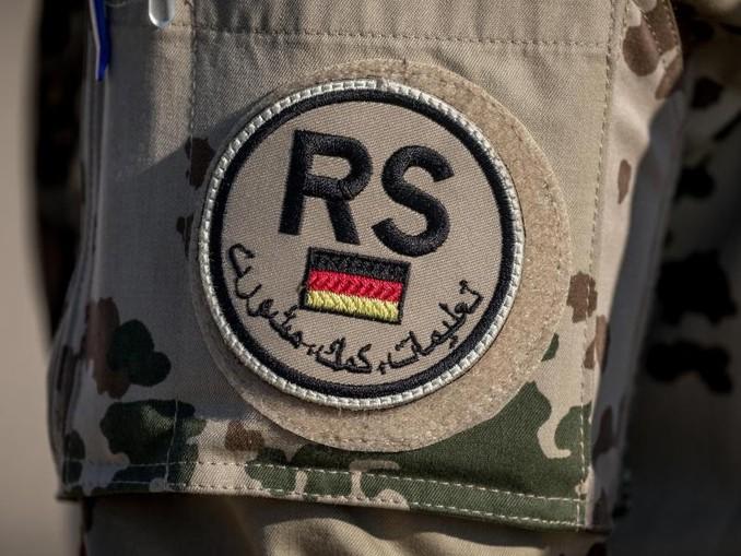 Das Schulterpatch der Nato-Mission «Resolute Support» auf der Uniform eines Bundeswehrsoldaten in Afghanistan.