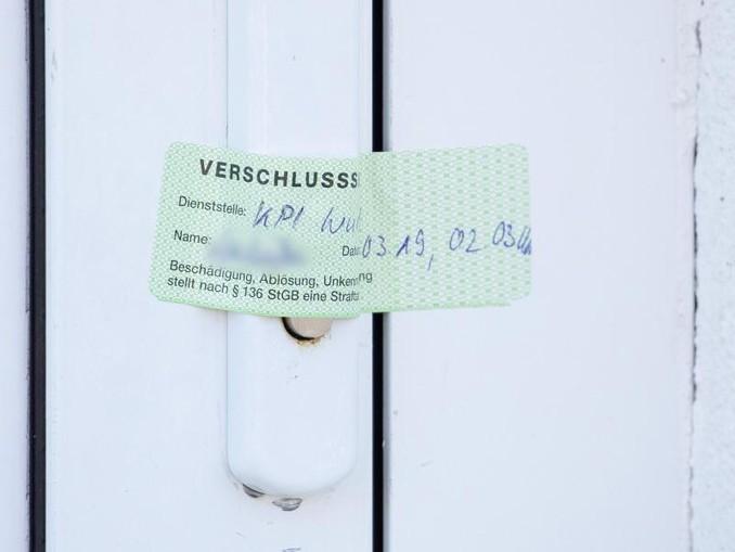 Verschlusssiegel der Würzburger Polizei an der Tür einer durchsuchten Wohnung. Das Ausmaß des Würzburger Kinderporno-Falls ist noch unklar.