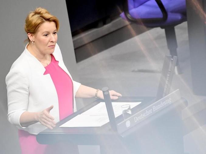 Familienministerin Franziska Giffey spricht im Bundestag.