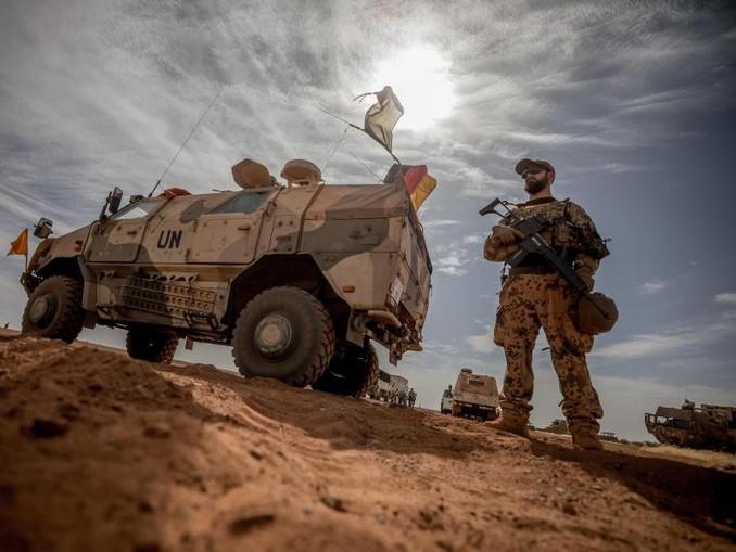 Teurer Auslandseinsatz:Ein Soldat der Bundeswehr unweit des Stützpunktes in Gao im Norden Malis.