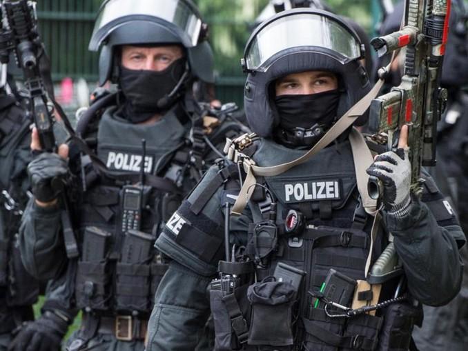 Antiterror-Übung eines Spezialeinsatzkommandos der Frankfurter Polizei. Den Verhafteten wird vorgeworfen, gemeinsam verabredet zu haben, einen islamistisch motivierten Anschlag zu verüben. /Symbol