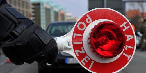 50 Männer umzingeln Polizisten bei Verkehrskontrolle