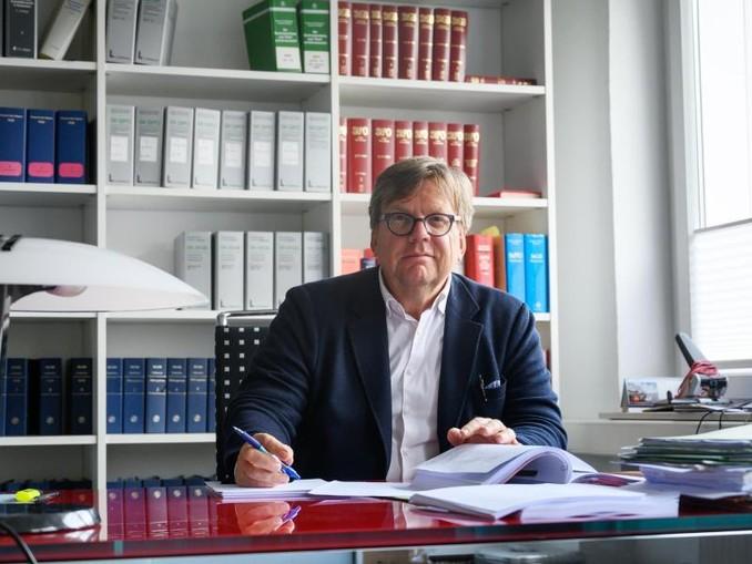 Mit Hilfe des Verwaltungsgerichts Berlin will der Hannoveraner Anwalt die Bundesregierung zwingen, Kinder aus einem syrischen Flüchtlingslager nach Deutschland zu holen.