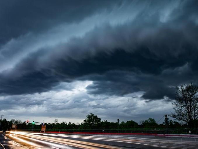 Gewitterfront über einer Landstraße.