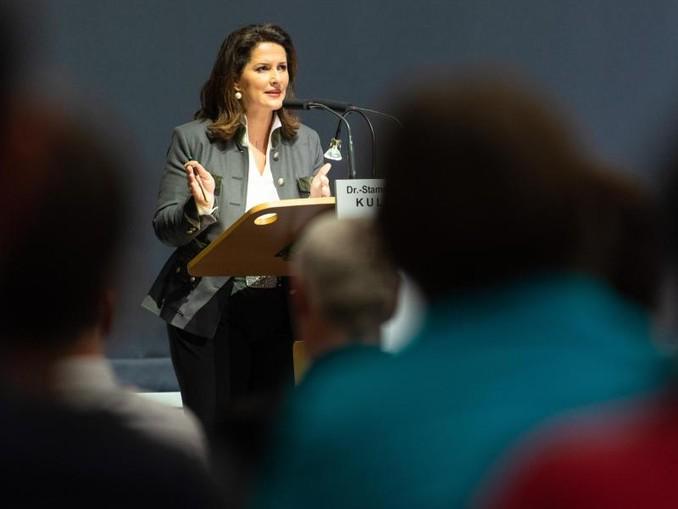 Die bayerische Landwirtschaftsministerin Michaela Kaniber (CSU) hält in der Dr.-Stammberger-Halle eine Rede.