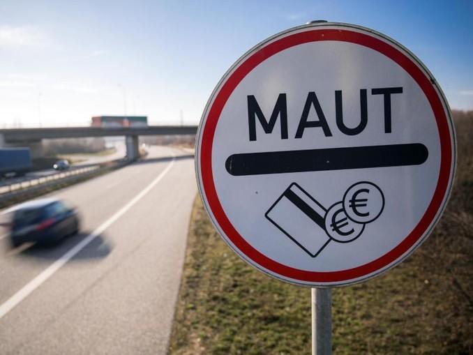 Ein Verkehrsschild weist Autofahrer der Stadtautobahn auf die Mautpflicht für die Passage des Warnowtunnels in Rostock hin.