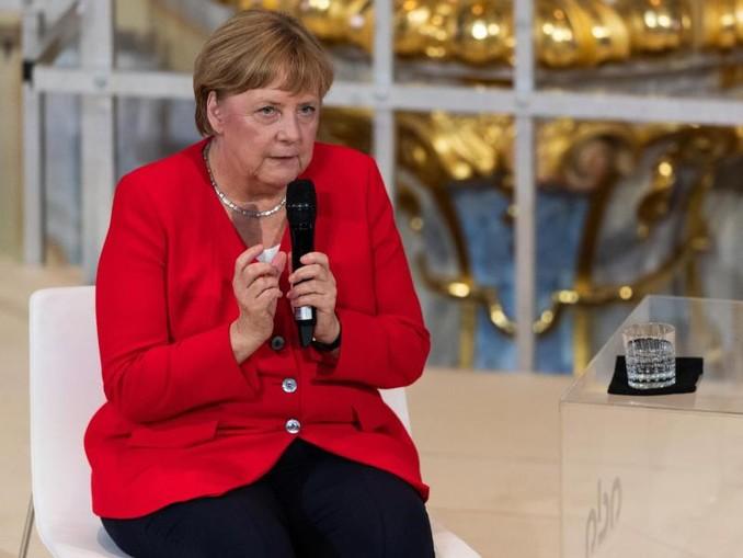 Bundeskanzlerin Angela Merkel (M) nimmt an einer Schülerdiskussion in der Kaiserpfalz in Goslar teil.