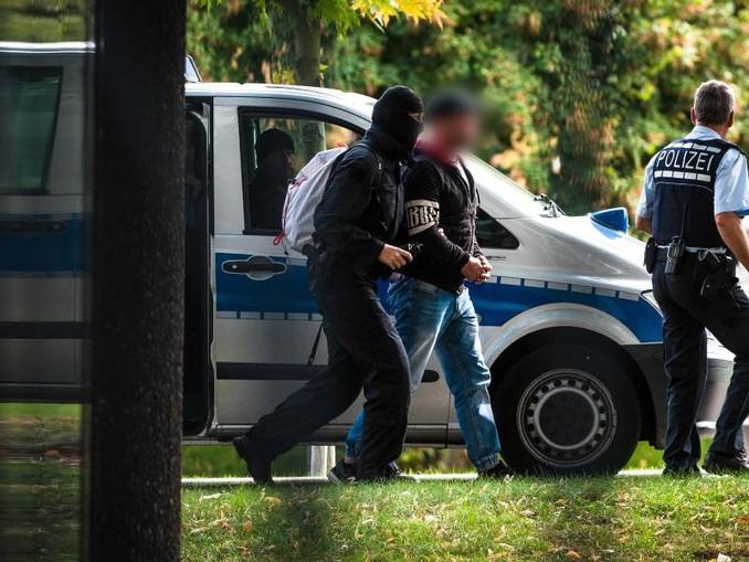 Mutmaßliche Rechtsterroristen werden nach ihrer Festnahme zum Bundesgerichtshof in Karlsruhe gebracht. /Archiv