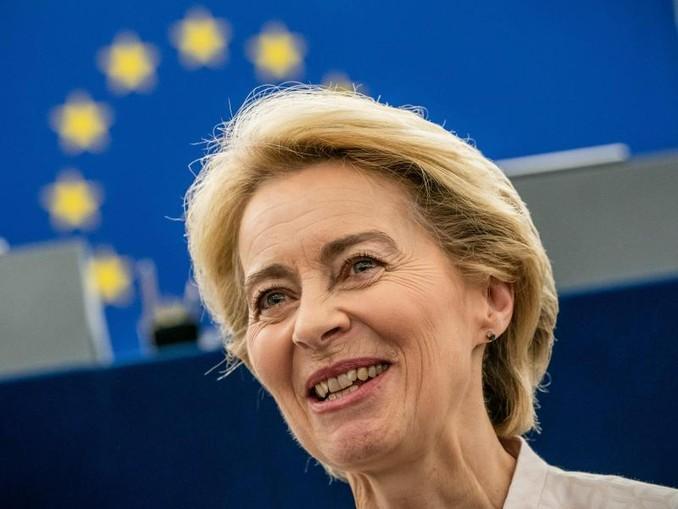 Ursula von der Leyen steht nach ihrer Bewerbungsrede vor den Abgeordneten des Europaparlaments im Plenarsaal. Von der Leyen spricht sich für eine Reform der Dublin-Regeln aus.