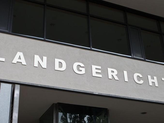 Blick auf den Schriftzug am Landgericht in Magebdurg.