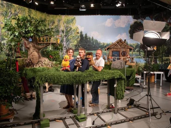 Die Puppenspielerin Susi Claus (l-r, «Schnatterinchen») mit ihren Kollegen Christian Sengewald («Pittiplatsch») und Martin Paas («Moppi») drehen in Hamburg.
