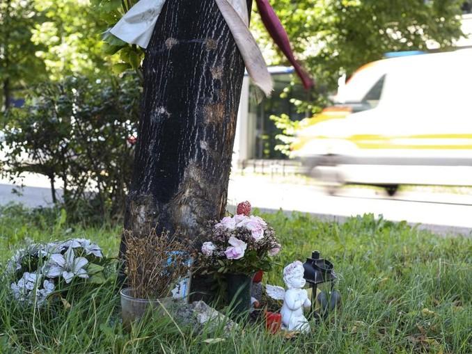 Blumen an der Unfallstelle in Stuttgart, an der zwei Menschen ihr Leben verloren.