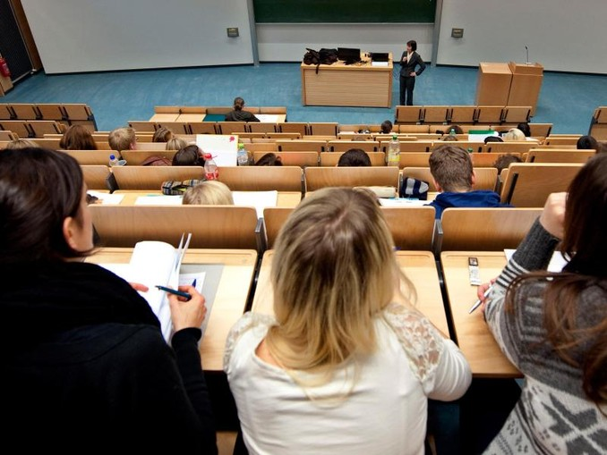 Studenten der Universität Rostock verfolgen eine Vorlesung. Immer mehr junge Menschen wollen einen höheren Bildungsabschluss.