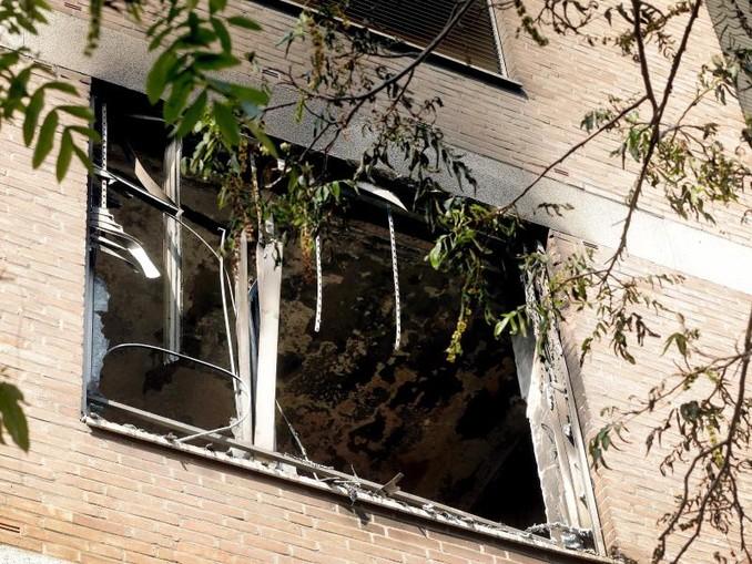 Nach Brand im Marien Hospital sind Schäden am Fenster eines Zimmers zu sehen. Foto: