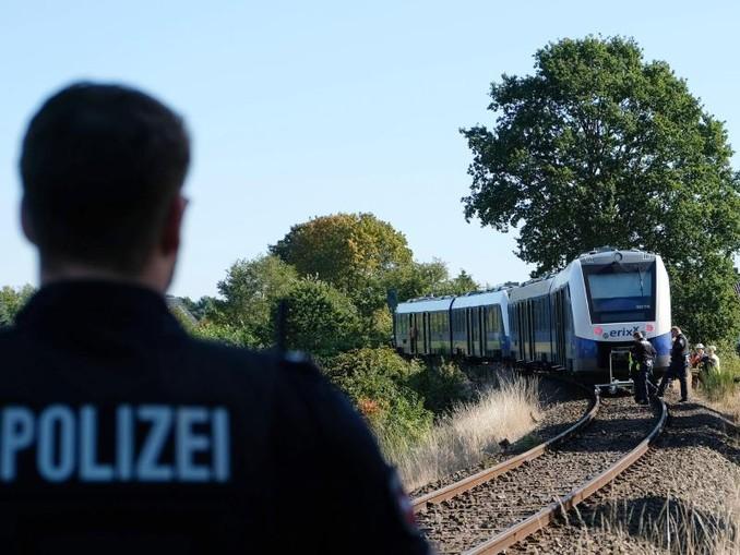 Ein Polizist steht in der Nähe des Unglücksortes auf dem Bahngleis bei Isenbüttel.